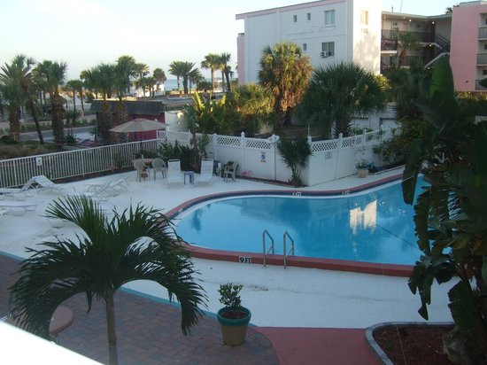 Magnuson Hotel Clearwater Beach: A beautiful view of the pool from our room!