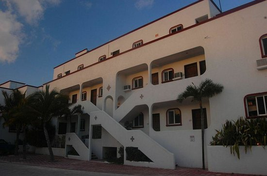 Del Sol Beachfront Hotel: hotel facing road