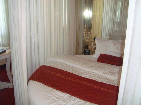 Fantasyland Hotel & Resort: Bed in Roman room