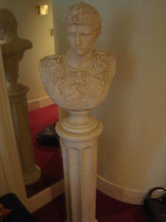 Fantasyland Hotel & Resort: Statue in Roman Room
