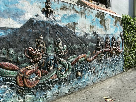 Hotel Lumbung Sari: mural on entrance to hotel