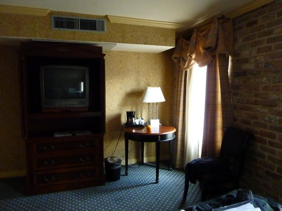 Place d'Armes Hotel: Room View of TV and Window
