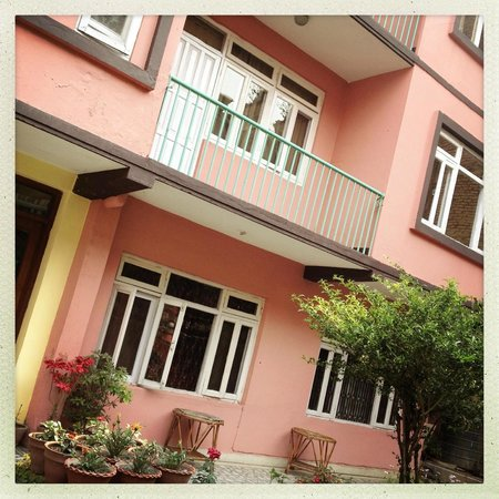 Acme Guest House: Garden facing rooms with balcony