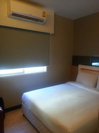 Check Inn Phromphong: room