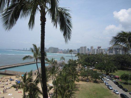 The New Otani Kaimana Beach Hotel: View of the park and Waikiki