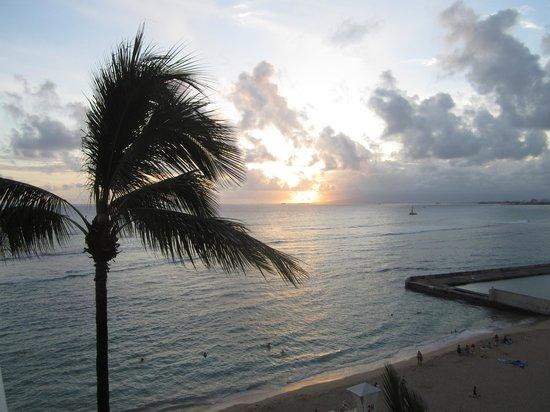 The New Otani Kaimana Beach Hotel: Sunset