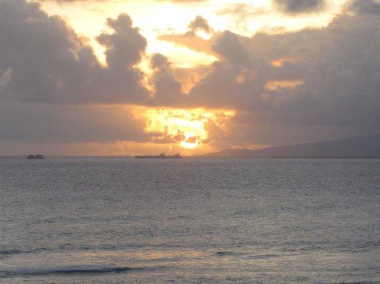 The New Otani Kaimana Beach Hotel: Sunset view