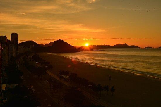 Arena Copacabana Hotel: Sun rise from Hotel Balcony