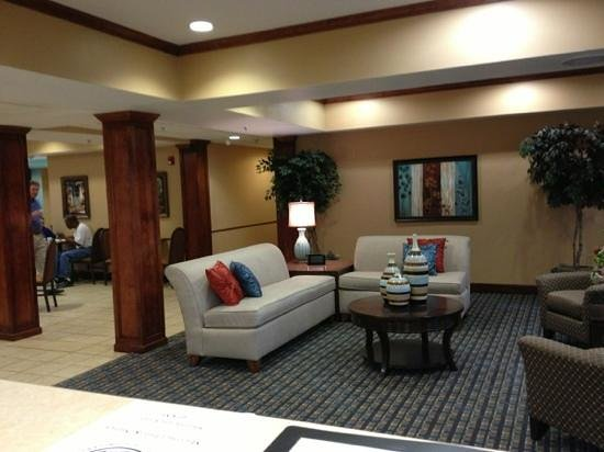 Microtel Inn & Suites by Wyndham Starkville: Lobby