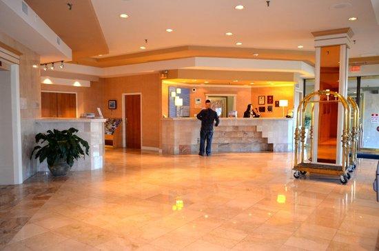 Atrium Inn Vancouver: Lobby.