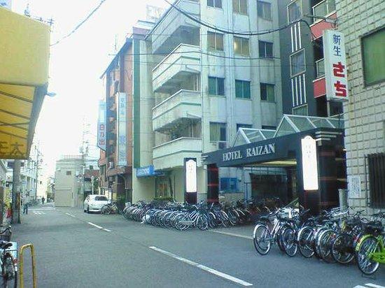 Raizan Kitakan: 駅前大通りから1軒だけ奥に入った場所で、ほぼ駅前通り沿いです。