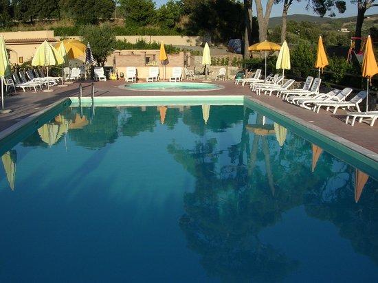 Borgo di Pomaia: la piscina de la Pieve