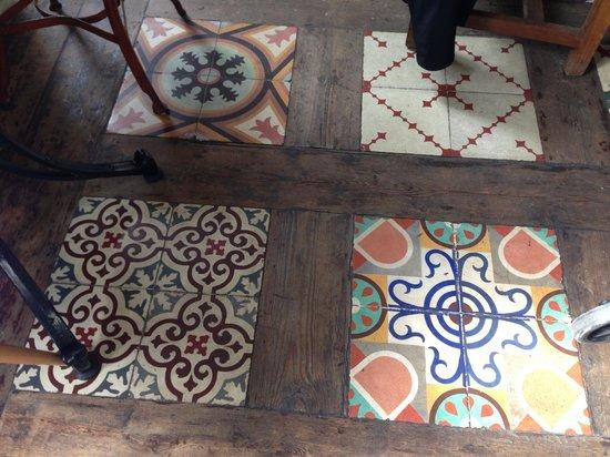 Hotel Misiana: Azulejos en la zona del restaurante