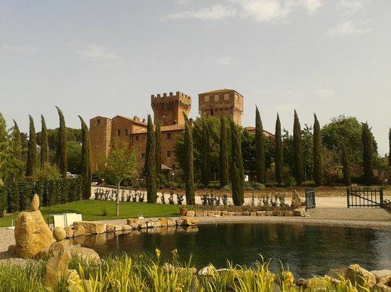 Agriturismi Il Castello La Grancia: Il Castello visto dal biolago