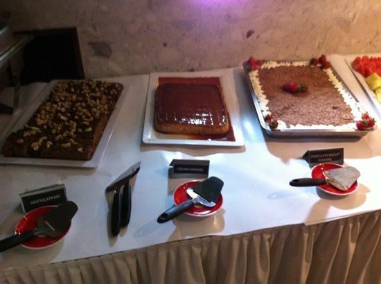 Cinnamon's Restaurant & Bar: dessert bar buffet