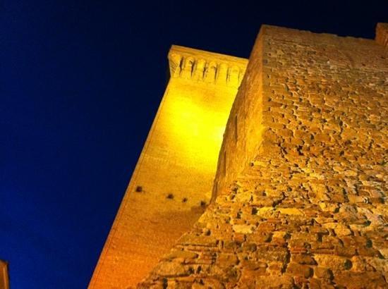 Marciano della Chiana, Italie : vista notturna della torre e della rocca