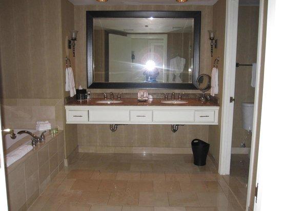 The Westin Riverwalk, San Antonio: Corner suite bathroom