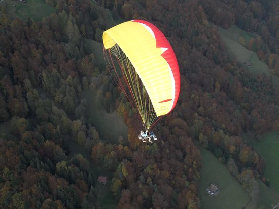 Swiss Paragliding : Some color in the air