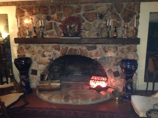 Lily Creek Lodge: Beautiful fireplace
