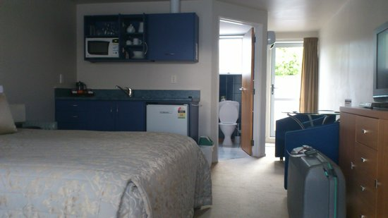 Anchorage Motel Apartments: Bedroom and kitchen