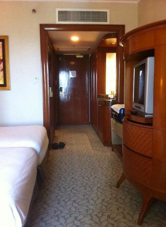 Edsa Shangri-La: 部屋の中のテレビと家具が大きい