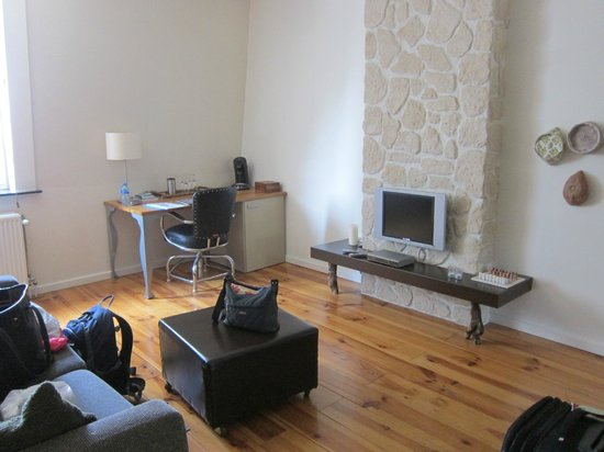 B&B Guesthouse Leman: Living area with TV and small fridge