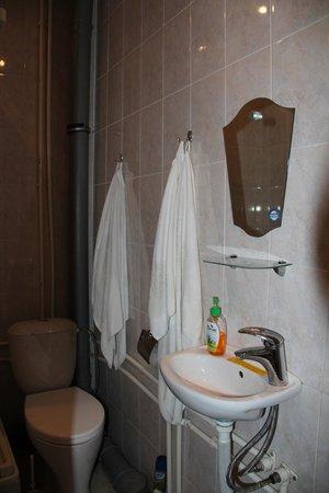Fatima: Очень маленькая и неудобная ванная комната.