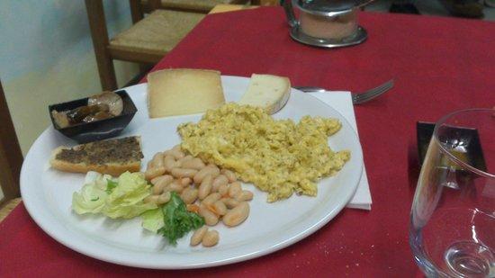 Ostello del Volo: Piatto misto umbro con una frittatina al tartufo indimenticable