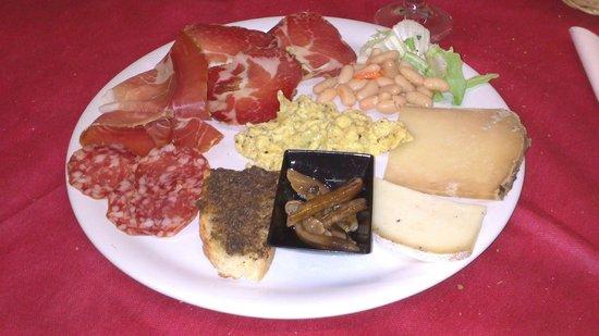 Ostello del Volo: Salumi e formaggi tipici umbri