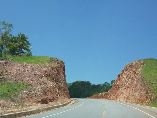 Carretera Samana Toll Road : Typical rock cut on the road