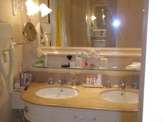 Disneyland Hotel: bathroom