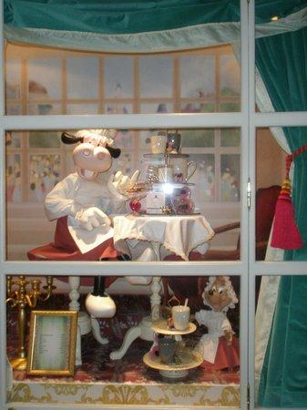 Disneyland Hotel: shop window display