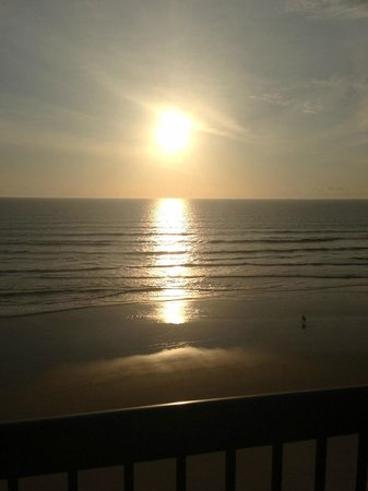 Holiday Inn Express and Suites Oceanfront : Sunrise view from our balcony