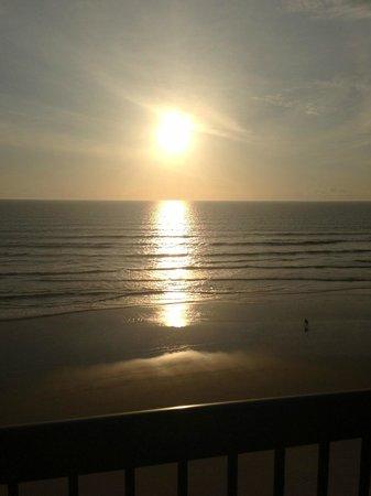 هوليداي إن اكسبرس آند سويتس أوشن فرونت: Sunrise view from our balcony