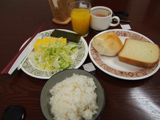 Hotel Cerezo: Breakfast