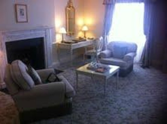 The Merrion Hotel: Seating area in bedroom