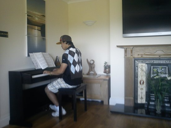 Edencrest Bed and Breakfast: Enjoying the piano in the lounge