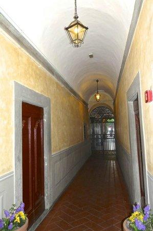 Foresteria Valdese Firenze: hallway between front door and interior courtyard