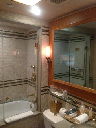 Badkamer met tv in de spiegel - Picture of The St. Regis Washington ...