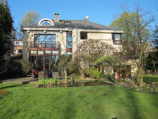 Côté Jardin Bed & Breakfast : Jardin et maison