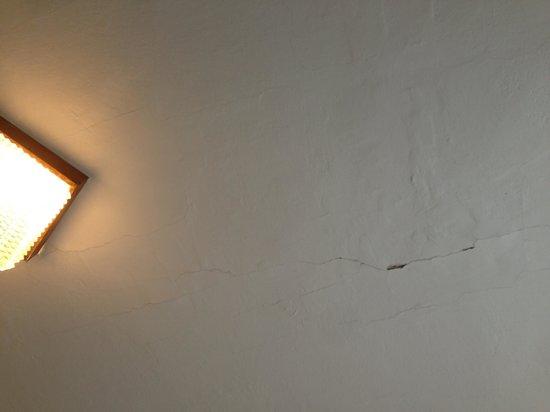 EA Hotel Jasmin: Crepe nel soffitto