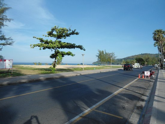 Karon Beach: Looking up Beach Road