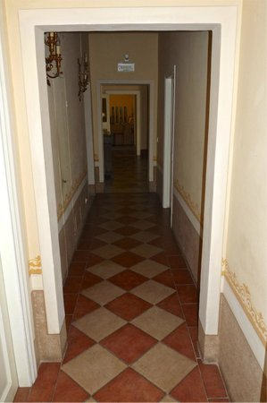 Antica Residenza Cicogna: hallway leading to our room at the end of the hall