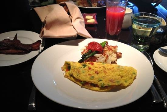 Deca Restaurant and Bar: Omelette, hash browns, bacon, toast & tomato juice