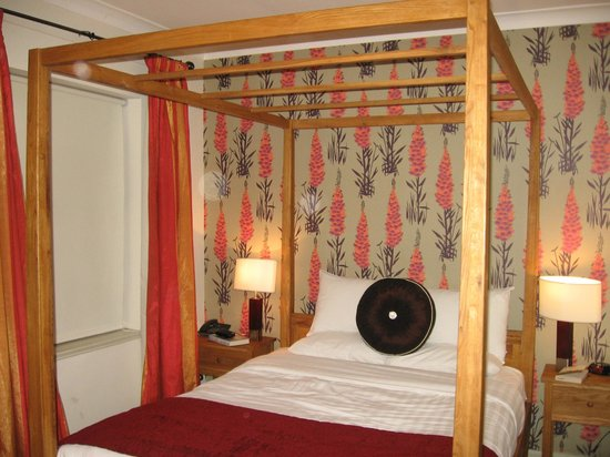 The Honest Lawyer Hotel: Four poster bedded room