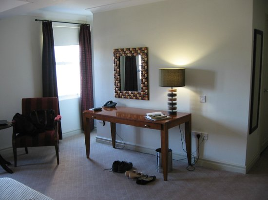 The Honest Lawyer Hotel: Suite bedroom