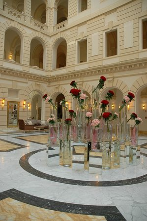 Boscolo Budapest, Autograph Collection: Decorazioni floreali del grande atrio