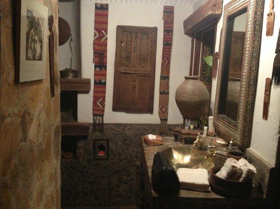 African Heritage House: bathroom