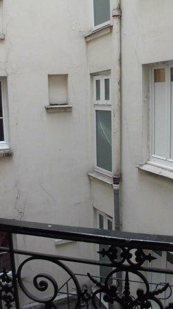 Le Regent Hostel: Vista della camera