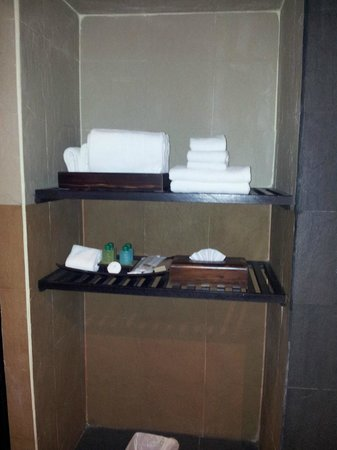 R Mar Resort and Spa: Shelf for toiletries and towels